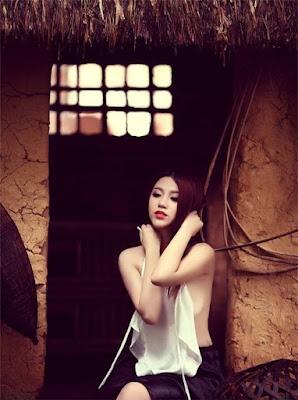Linh Miu diện áo yếm khoe ngực căng đầy