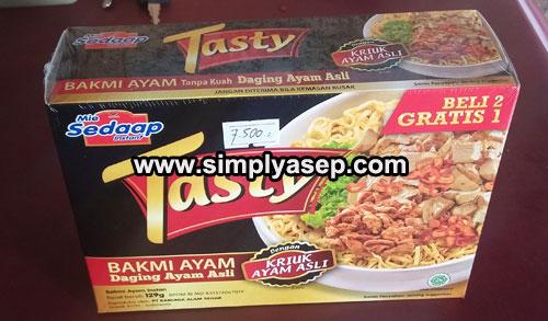 """TASTY : Inilah satu kotak Mie Syedap """"TASTY"""" Bakmi Ayam saat masih dalam segelnya. Siap direview. Foto Asep Haryono"""