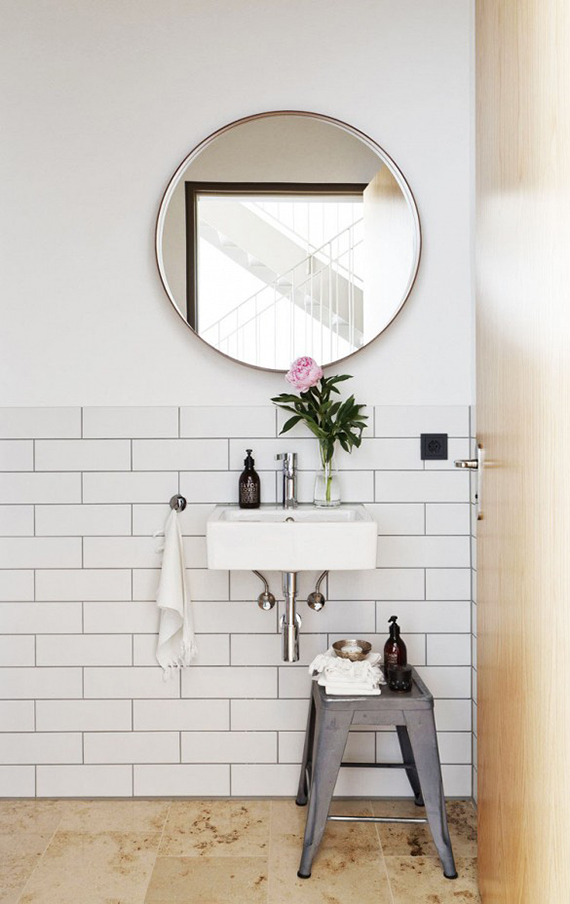 Round bathroom mirror | Image via Studio Oink