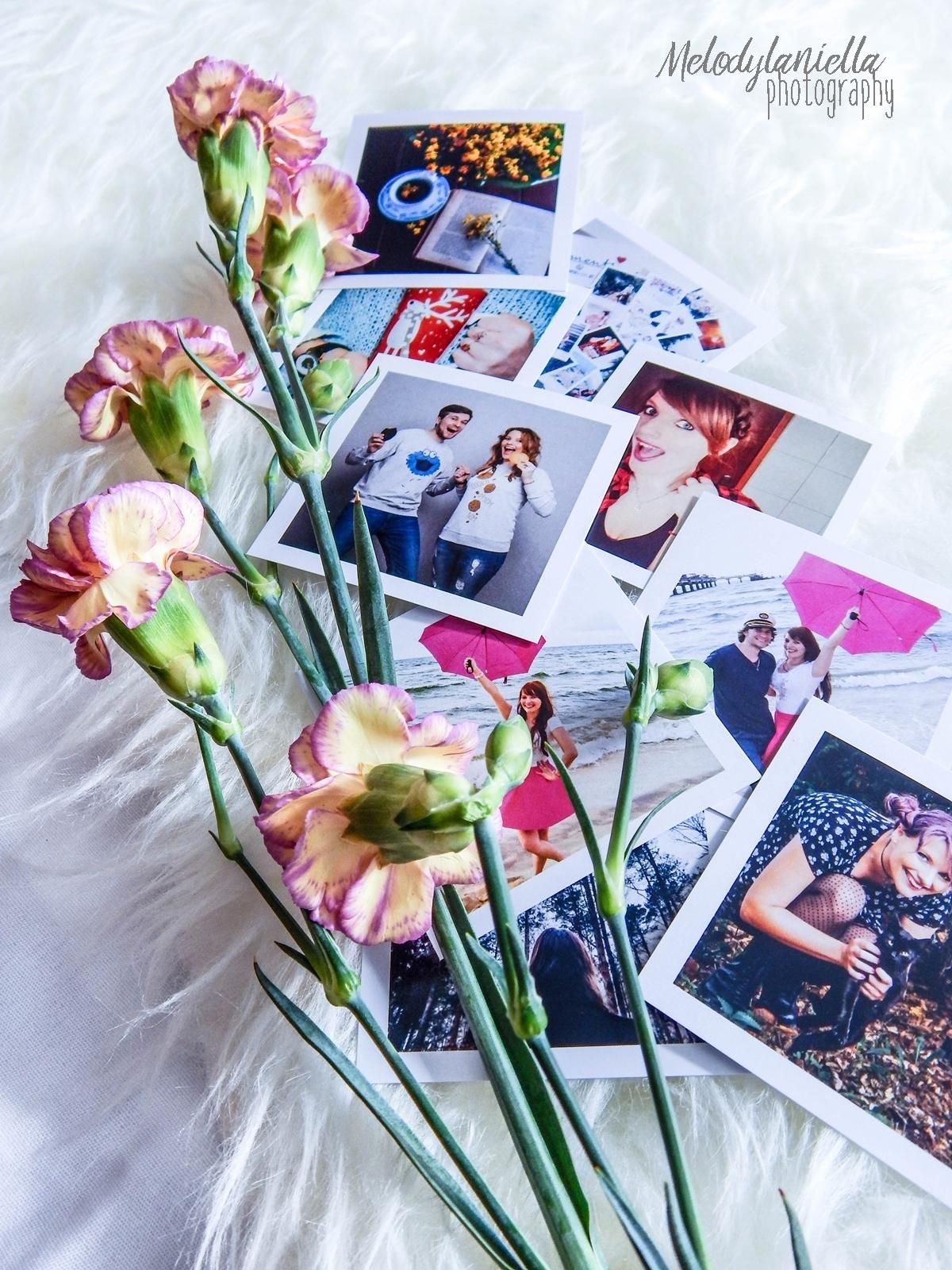 socialdruk kwadraty wywolywanie zdjec z instagrama polaroid wywolywanie fotografia pomysl na prezent nietypowe kwadratowe zdjecia w bialych ramkach duze kwadraty male kwadraty fotografie kwiaty