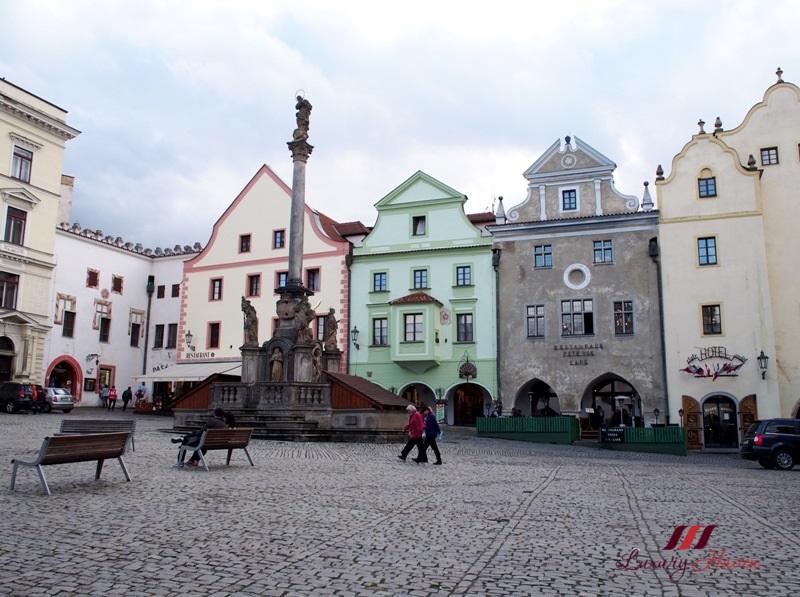 cesky krumlov tourism svornosti square old town hall