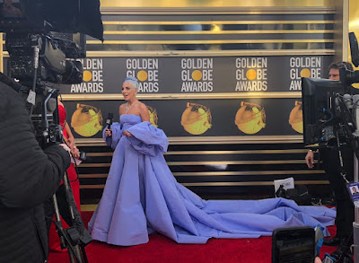 el vestido lavanda o lila o malva o azul de Lady Gaga en los Globos de Oro 2019