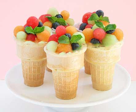 """НА 1 ПОРЦИЮ: вафельный стаканчик - 1 шт; конфеты драже ( """"Skittles"""", """" M&M's"""") - 1 ст.л; мороженое - 2 ст.л; для шариков - арбуз , дыня , яблоко, черника; фрукты , ягоды , сорт мороженого - выбираем по своему вкусу;"""