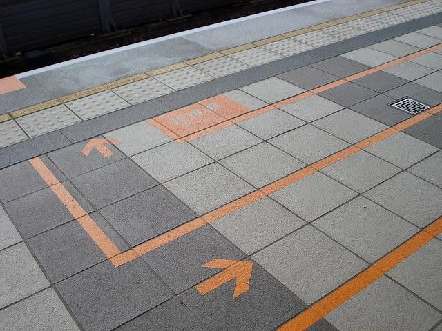 高鐵月台的排隊引導線