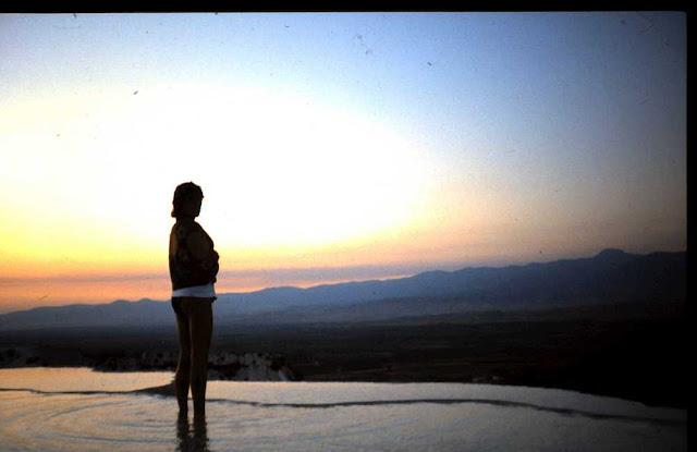 Barbara in einer der Kalksinterterrassen von Pamukkale, Türkei 1987