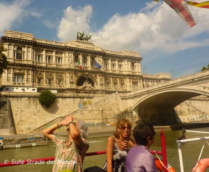 Navigare in battello sul Tevere per vedere Roma dal fiume