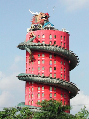 龍に襲われた建物?タイにちょっと変わった寺院【c】 龍が巻きつく寺院 ワットサムフラン