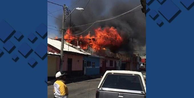 Video: agente de tránsito saca de las llamas a 6 menores