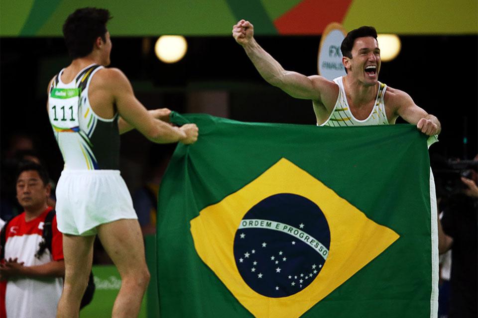 Diego Hypolito e Arthur Nory comemoram dobradinha no pódio olímpico. Foto: Reuters/Marko Djurica/Direitos Reservados