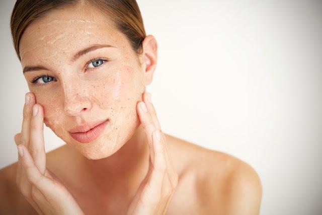 Ter uma rotina de cuidados noturna é importante para a pele, porque ajuda a renovar e limpar a pele enquanto você dorme. Todas as impurezas e bactérias que causam a acne são removidas. O período da noite é essencial para a pele descanar e ficar mais bonita no dia seguinte. #pele #skin #limpezadepele #clean #esfoliante #woman #exfoliating #acne #espinha