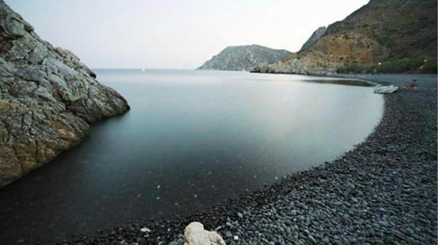 Η ομορφότερη μαύρη παραλία στην Ελλάδα