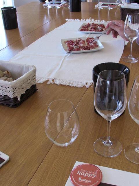 Prova de vinhos com presunto