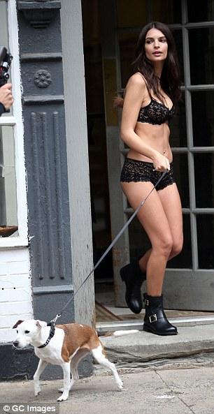 Emily Ratajkowski pasea en lencería por las calles de Nueva York