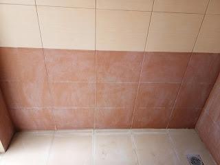 Menghilangkan bekas obat di dinding kamar mandi