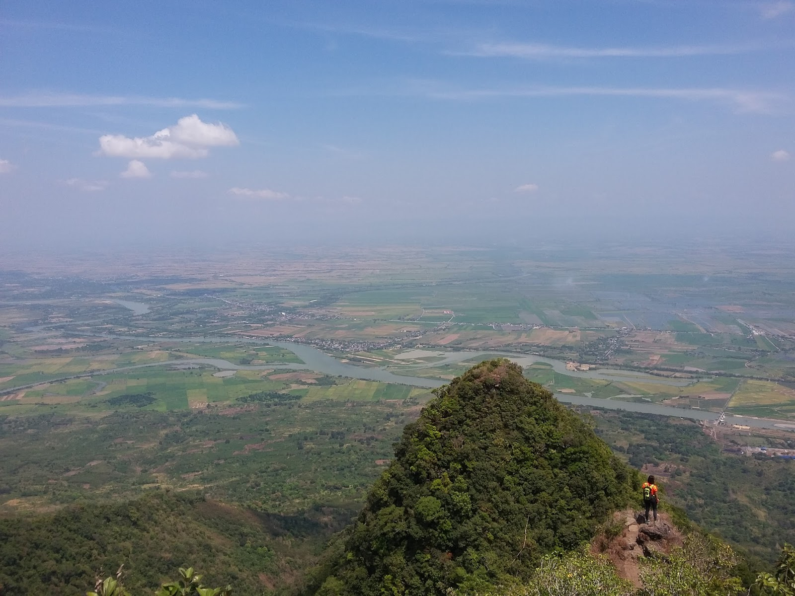 conquering arayat Jose tarlac as the san jose circuit of mt a view of the great mt arayat on its front and the bushes due to few climbers are conquering.