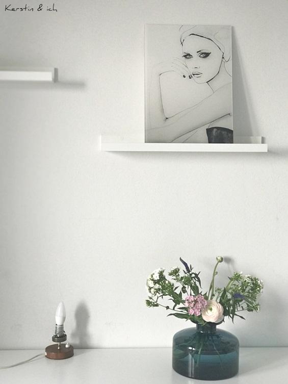 Interiorstyling mit Frauenprint und Frühlingsblumen