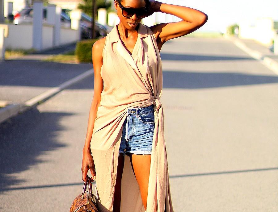 layering-d'ete-avec-une-robe-portee-sur-un-short-jeans