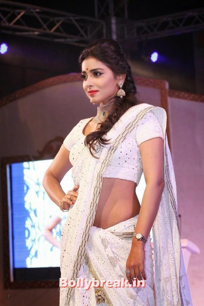 Shreya Saran Hot In White Saree Fashion Show Ramp Walk 17 Pics