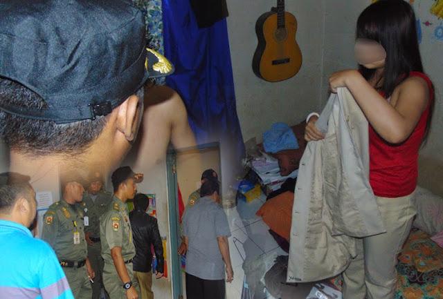 AS (22) dan YE (20) kaget. Rumah kos mereka di Jalan Sawi Kelurahan Mentaos Kecamatan Banjarbaru Utara tepatnya seberang SMAN 2 Banjarbaru dikepung aparat Satuan Polisi Pamong Praja (Satpol PP) Banjarbaru dan juga warga sekitar, Selasa (3/2) sore kemarin sekitar pukul 16.00 Wita.