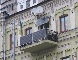 В 2016 ГОДУ РОССИЯ НАЧНЕТ ПЕРЕХОДИТЬ НА СОЛНЕЧНЫЕ БАТАРЕИ В 2016 году Россия будет активно переходить на использование солнечной энергии. К новому источнику энергии давно присматривались в качестве хорошей альтернативы уже использующимся технологиям на территории РФ. В недалёком будущем солнечные батареи составят внушительный процент на рынке электроснабжения и будут на равных конкурировать с ныне имеющимися источниками энергии, которые считаются более опасными с точки зрения экологии и затратными с точки зрения экономики, а может и вовсе постепенно вытеснят их. Подобное решение пришло после грандиозного обвала на токийской бирже в сфере реализации кремния, материала, который является неотъемлемой составляющей в разработке солнечных батарей. Стоит также отметить, что кремниевые солнечные батареи являются разработкой советского и российского инженера Жореса Алфёрова, последнего живого отечественного учёного, который получил Нобелевскую Премию в области физики. Российские специалисты сообщают, что именно за солнечной энергетикой будущее электроснабжения. Уже в ближайшее время солнечные батареи могут вытеснить атомные и даже угольные электростанции, которые помимо пользы также наносят и вред экологии в регионе их расположения Как устанавливается солнечная батарея на балконе Использование бесплатной энергии солнца интересует многих людей. Некоторые из них устанавливают солнечные энергосистемы на крышах домов, другие – на свободных участках частных землевладений. Но не у всех есть такая возможность из-за отсутствия индивидуального отдельно стоящего дома, поэтому все чаще владельцы квартир монтируют вырабатывающие энергию солнечные батареи на балконе. Устройство балконных панелей Солнечные батареи, эксплуатируемые на балконе, ввиду ограниченной площади места их установки, должны иметь высокую энергетическую эффективность при достаточно компактных габаритных размерах. Для достижения этой цели балконные панели комплектуются инверторами повышенной способности, обладающими бо