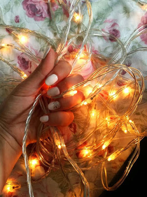 hand holding fairylights