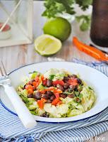 Ensalada mexicana con salsa de tomate y frijoles negros