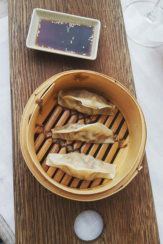 Der Signature Dish von Viktoria Fuchs: Wildschwein Dim Sum mit Zuckerschoten und Zitronengras| Arthurs Tochter kocht. Der Blog für food, wine, travel & love von Astrid Paul