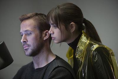 Ryan Gosling (K) y Ana de Armas (Joi)