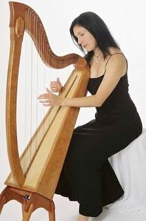 Foto de persona femenina tocando el arpa