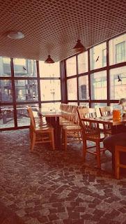 Wystrój restauracji w Browarze Lubicz: drewniane krzesła i stoły