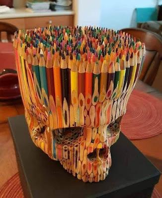 Manualidad : Escultura de calavera con lapices de colores reciclados