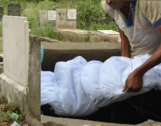 Pandemonium In Warri Cementery Girl 'RESURRECTED' At Interment ; Family, Friend Scampered, Bolted