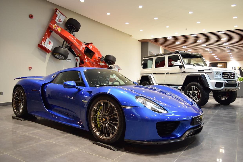 Porsche 918 Spyder xanh biển mùa xuân Ả Rập quá đẹp