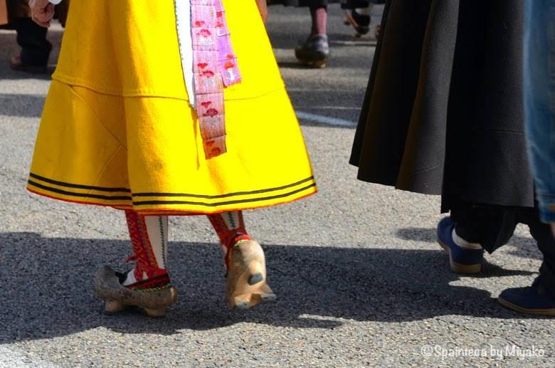 Fiesta de la Trashumancia Madrid  黄色い民族衣装のスカートと木靴