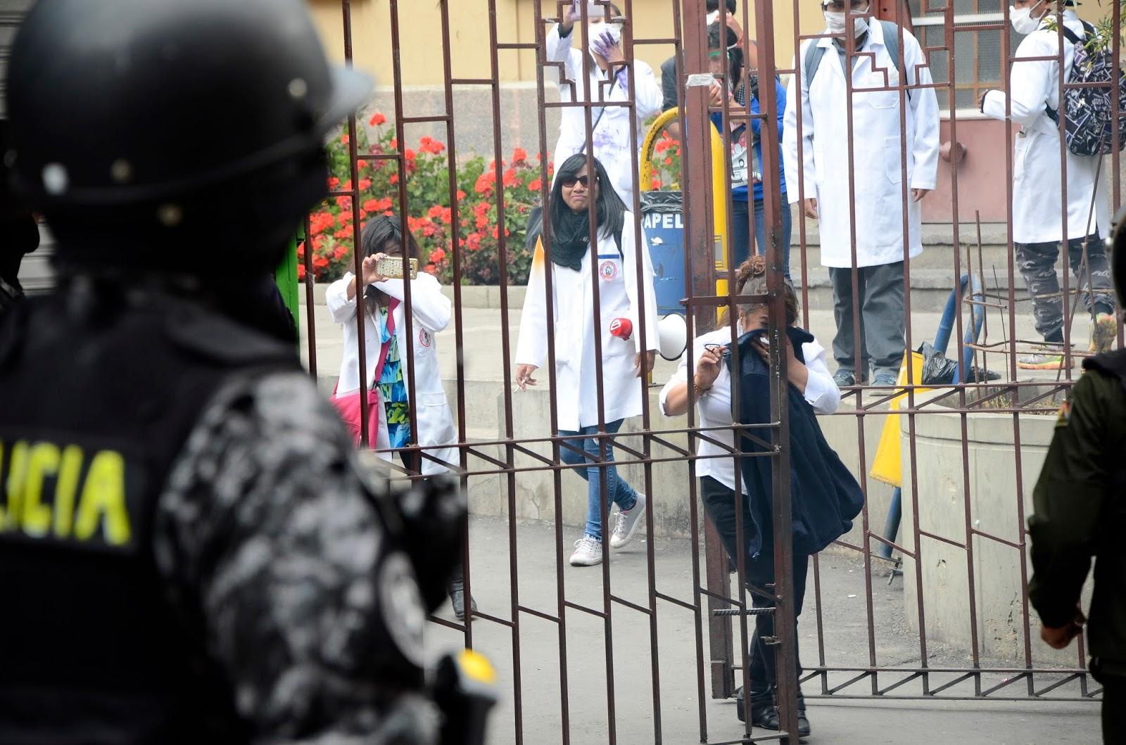 Policías llegaron hasta la UMSA para reprimir a estudiantes que habían atacado edificio de Ministerio de Salud