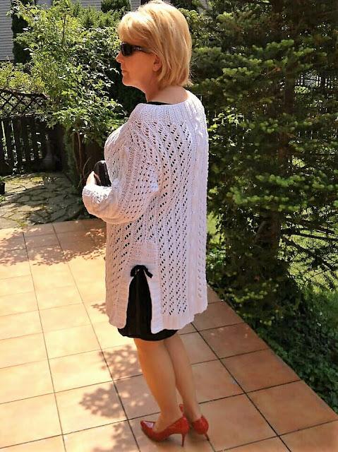 Biały ażurowy kardigan z małą czarną