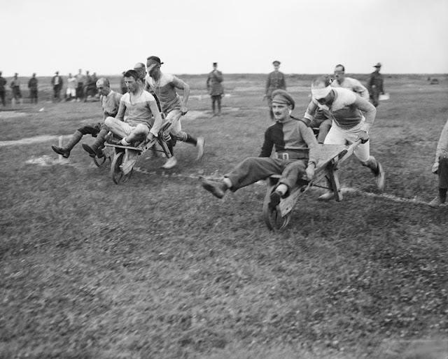 Soldados britânicos disputando corrida de carrinho de mão