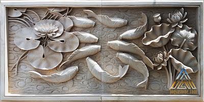 Relief batu putih gambar sembilan ikan koi