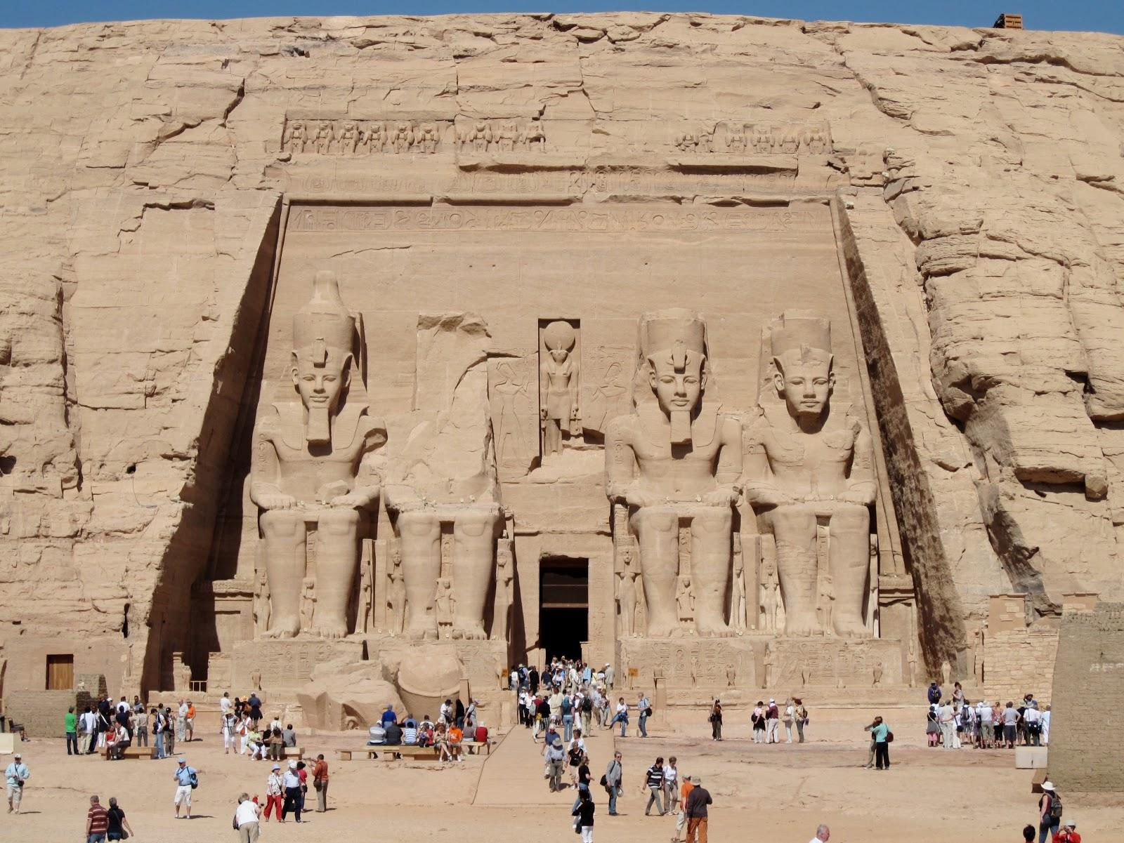 青年期から壮年期までの四体の巨大なラムセス二世の像が並ぶ(右から二体目は上半身が倒壊している)アブシンベル神殿の正面