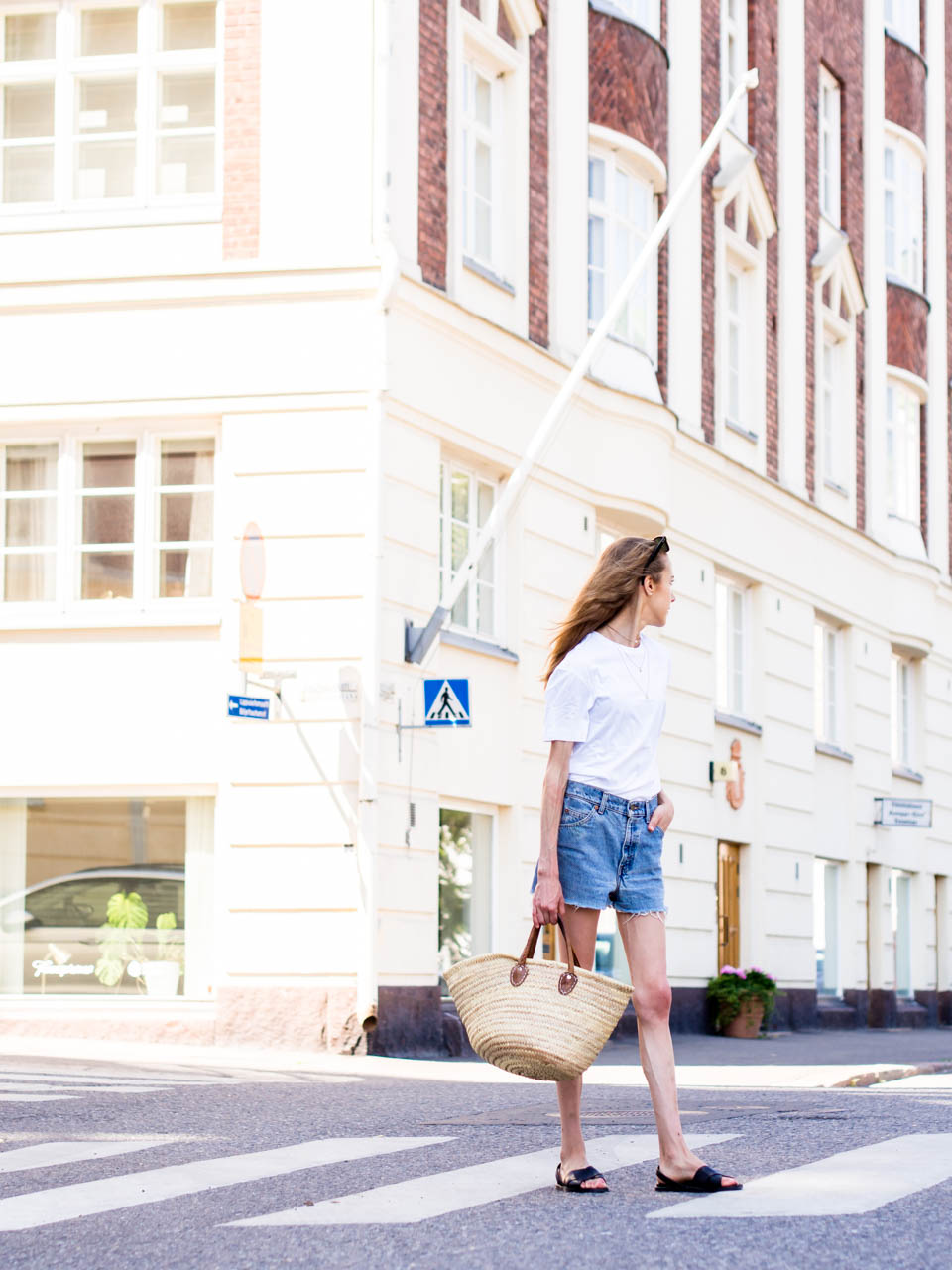 white-tshirt-vintage-levis-denim-shorts-outfit-inspiration-fashion-blogger-streetstyle-scandinavia