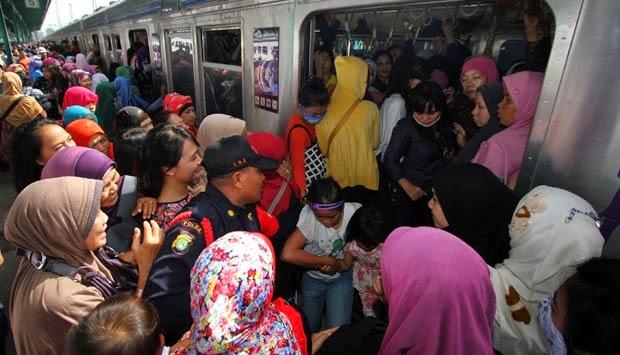 calon penumpang kereta commuter line berlomba untuk naik