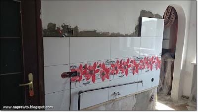 ściana z glazury za zlewozmywakiem