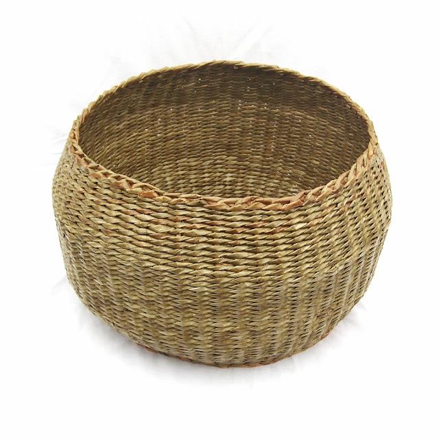 brązowy koszyk z gazety