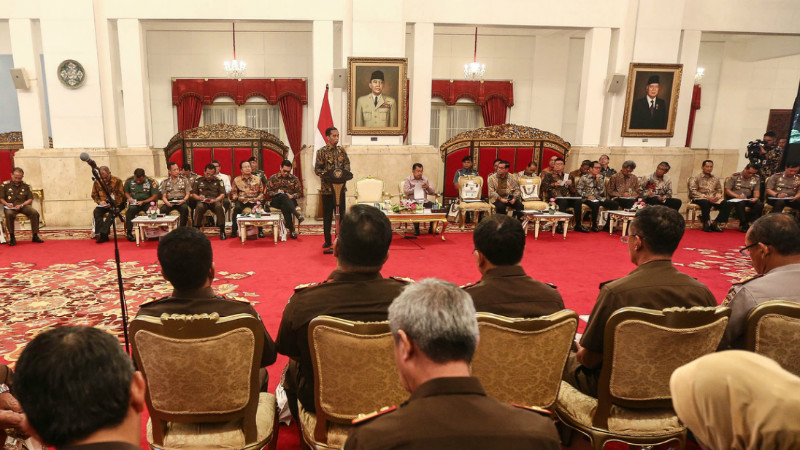 Jokowi memberi pengarahan ke Kapolda dan Kejati se-Indonesia di Istana Negara