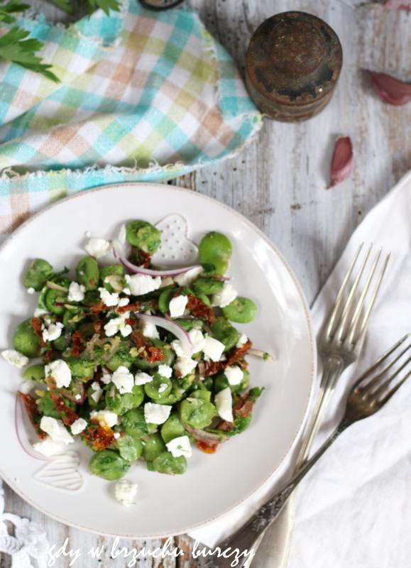 Lunch z gotowanego bobu z suszonymi pomidorami i serem feta