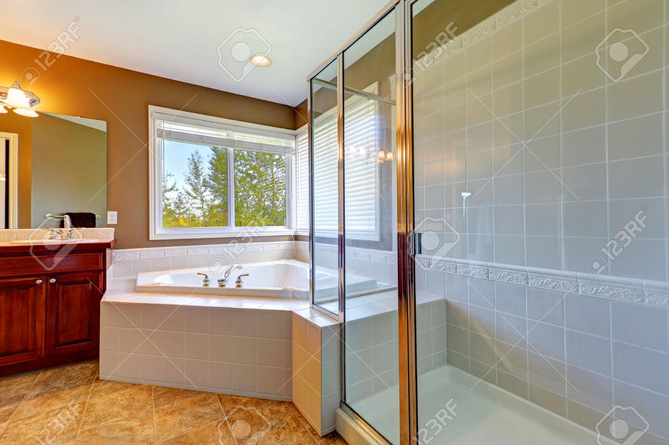 Badezimmer Mit Eckbadewanne Und Dusche