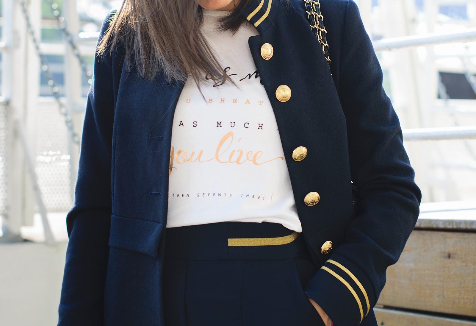 Look de estilo navy en París