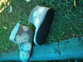 pantufa feltrada com lã cinza e crua, com desenhos  e bordada