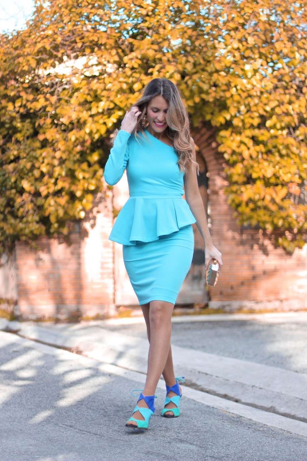 vestido ceñido azul turquesa