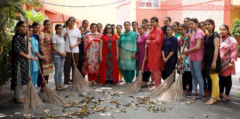 GNG college students taking part in Swachhata campaign